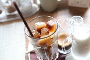 Der Grande Iced Coffee Latte wird in großen Gläsern und eiskalt serviert.