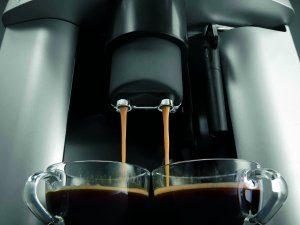 Der DeLonghi ESAM3000.B Kaffee-Vollautomat kann für zwei Tassen gleichzeitig brühen