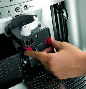 Die Pflege des DeLonghi ESAM3000.B Kaffee-Vollautomat ist sehr einfach