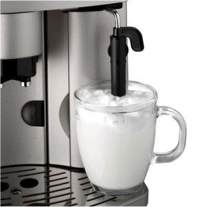 Mit dem DeLonghi ESAM 3200 S Magnifica Kaffee-Vollautomat lässt sich spielend leicht Milchschaum anfertigen