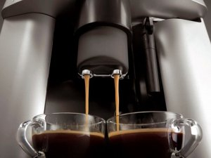 Mit dem DeLonghi ESAM 3200 S Magnifica Kaffee-Vollautomat können zwei Tassen parallel befüllt werden