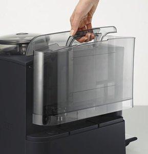 Der abnehmbare Wasserbehälter des Siemens TE503521DE Kaffee-Vollautomat EQ.5 edition 11