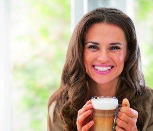 frau-mit-milchkaffee